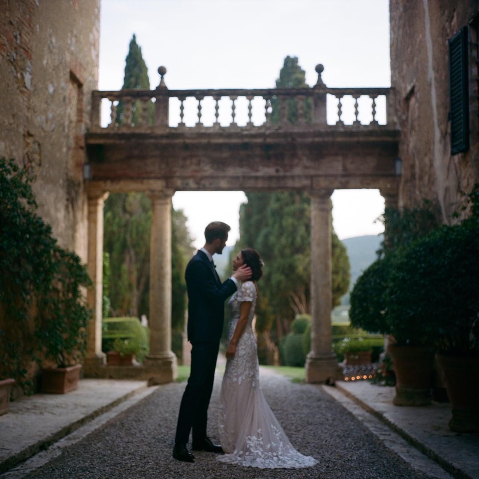 candid wedding in monteriggioni siena